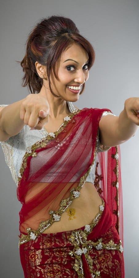 Download Uśmiechnięta Młoda Indiańska Kobieta Wskazuje W Kierunku Kamery Od Oba Ręk Obraz Stock - Obraz złożonej z dorosli, widok: 41952147