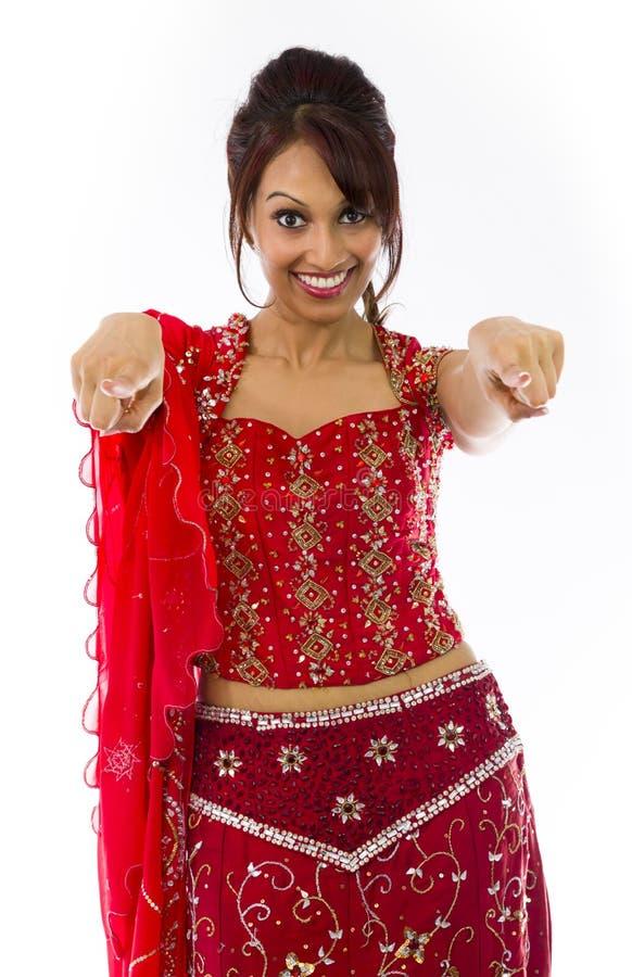 Download Uśmiechnięta Młoda Indiańska Kobieta Wskazuje W Kierunku Kamery Od Oba Ręk Zdjęcie Stock - Obraz złożonej z niezrównoważenie, dorosli: 41952274
