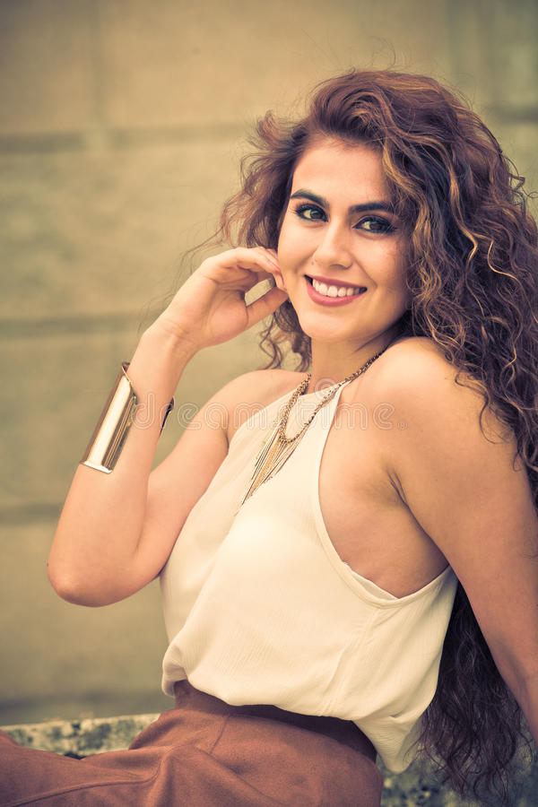 Uśmiechnięta młoda kędzierzawa kobieta szczęśliwy uśmiech zdjęcie royalty free