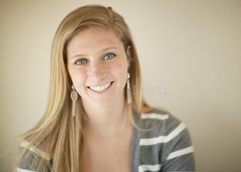 Uśmiechnięta młoda kobieta fotografia stock