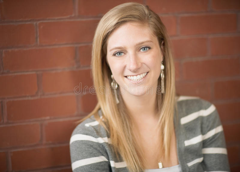 Uśmiechnięta młoda kobieta obraz royalty free