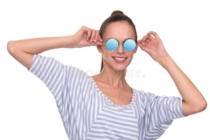 Uśmiechnięta młoda kobieta jest ubranym nowożytnych okulary przeciwsłonecznych obraz stock