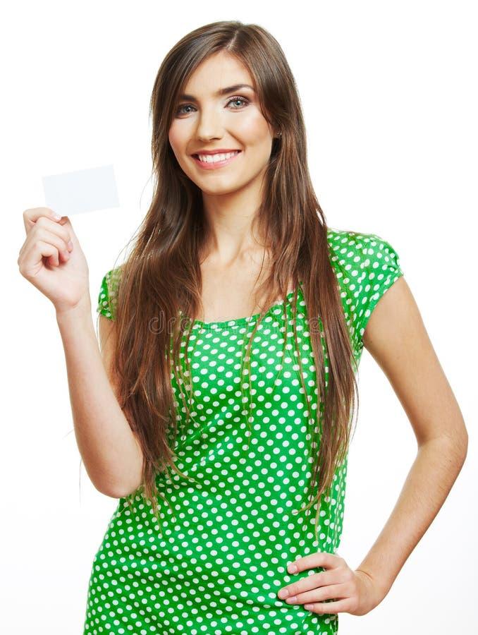 Uśmiechnięta młoda kobieta pokazuje pustą kartę obrazy stock
