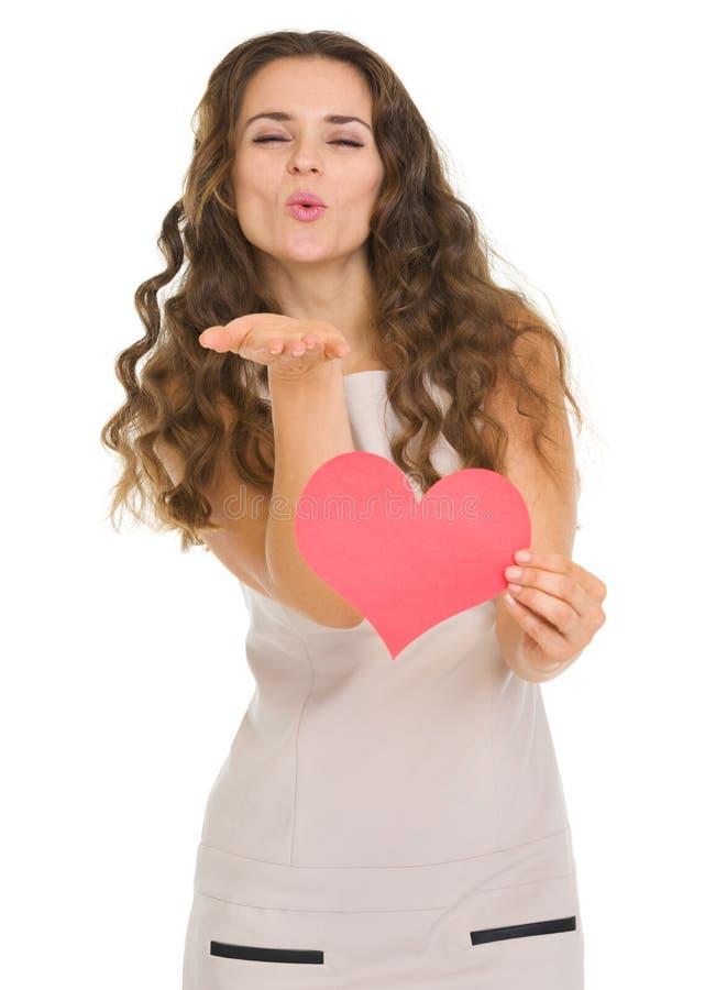 Uśmiechnięta młoda kobieta pokazuje valentines dnia karty obrazy stock