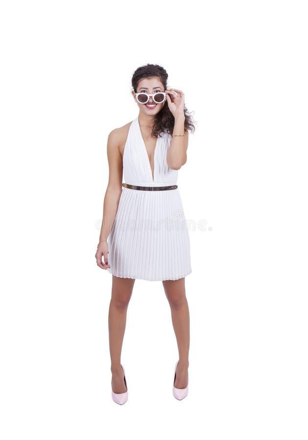 Uśmiechnięta młoda kobieta pozuje z okularami przeciwsłonecznymi zdjęcia stock