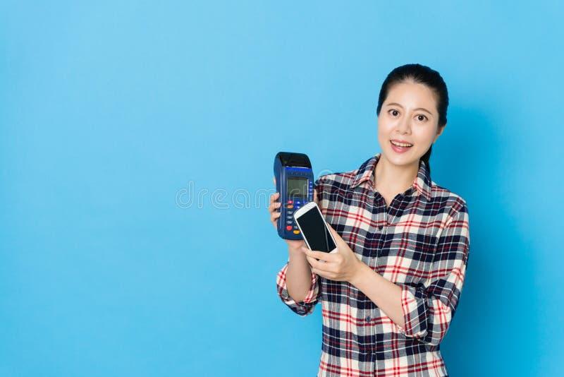 Uśmiechnięta młoda kobieta używa mobilnego smartphone obrazy royalty free