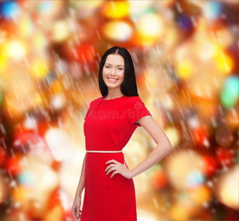 Uśmiechnięta młoda kobieta w czerwieni sukni obraz royalty free