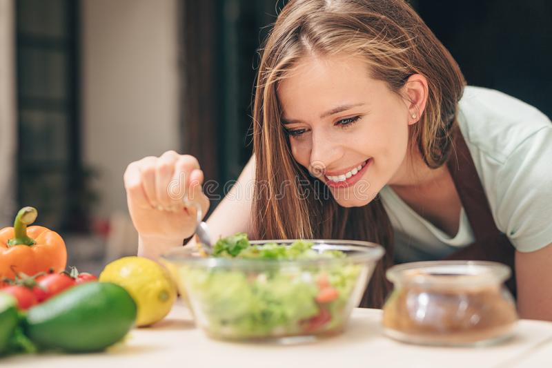 Uśmiechnięta młoda kobieta w kuchni obrazy stock