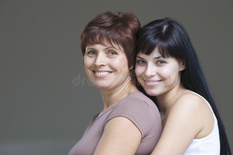 Uśmiechnięta młoda kobieta Z Jej matką zdjęcia royalty free