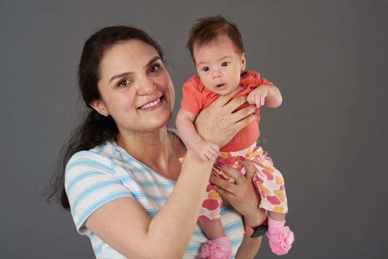 Uśmiechnięta młoda Latina mama obrazy stock