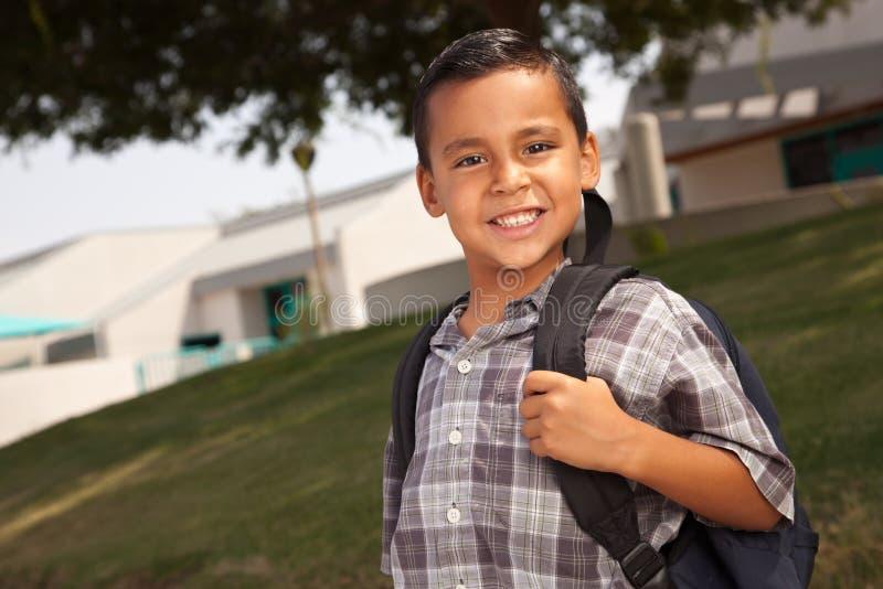 Uśmiechnięta Młoda Latynoska chłopiec Przygotowywająca dla szkoły fotografia stock