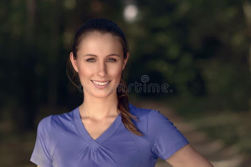 Uśmiechnięta młodej kobiety pozycja w ciemności obrazy royalty free