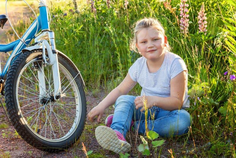 Uśmiechnięta mała dziewczynka blisko bicyklu zdjęcia royalty free
