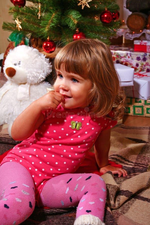 Uśmiechnięta mała dziewczynka blisko choinki zdjęcia stock