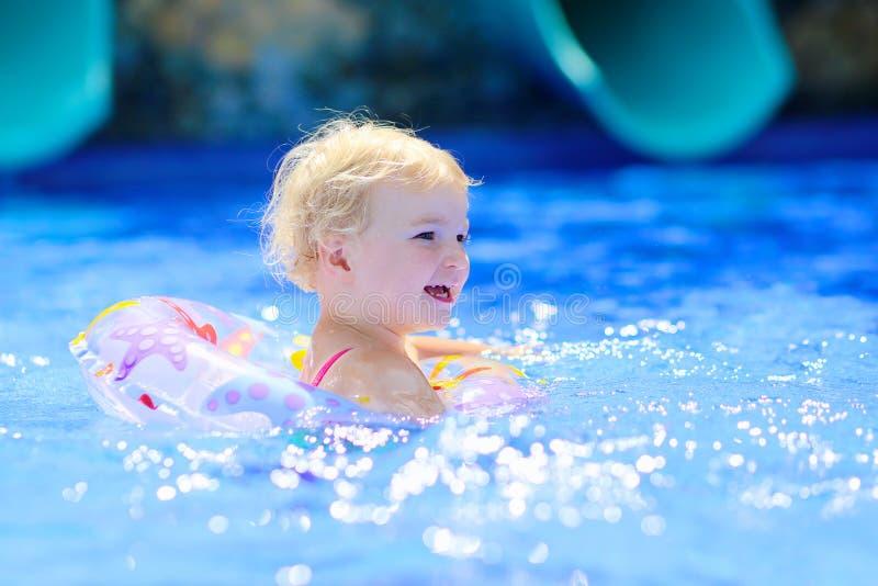 Uśmiechnięta mała dziewczynka w pływackim basenie fotografia royalty free