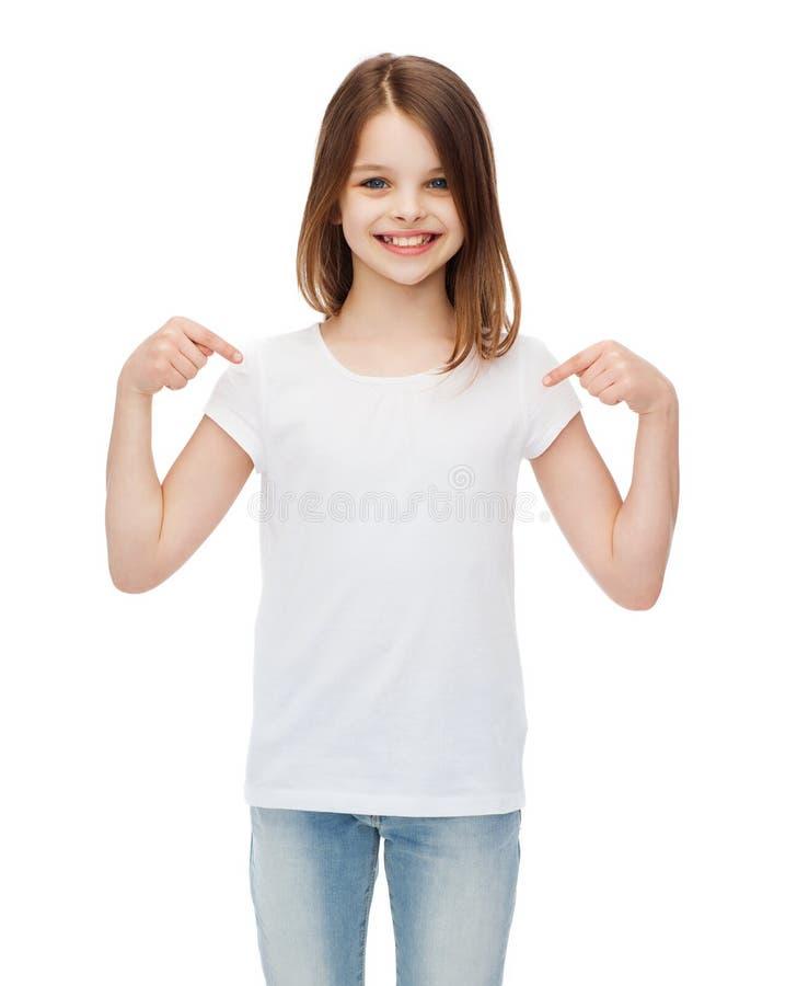 Uśmiechnięta mała dziewczynka w pustej białej koszulce fotografia royalty free