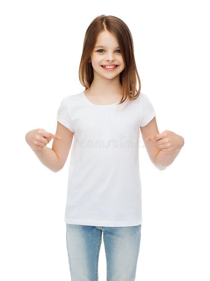 Uśmiechnięta mała dziewczynka w pustej białej koszulce fotografia stock