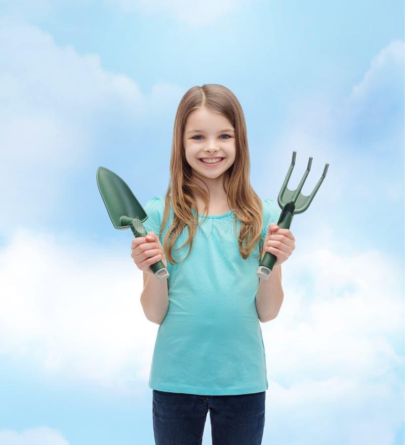 Uśmiechnięta mała dziewczynka z świntuchem i miarką zdjęcie stock