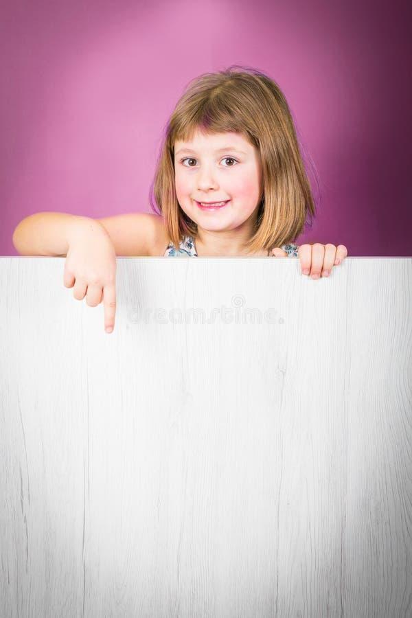 Uśmiechnięta mała dziewczynka z białym panelem obraz stock
