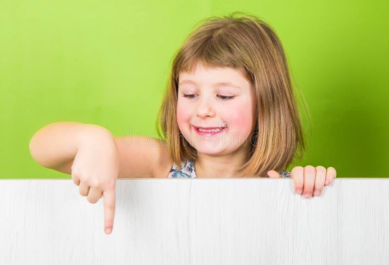 Uśmiechnięta mała dziewczynka z białym panelem obrazy royalty free