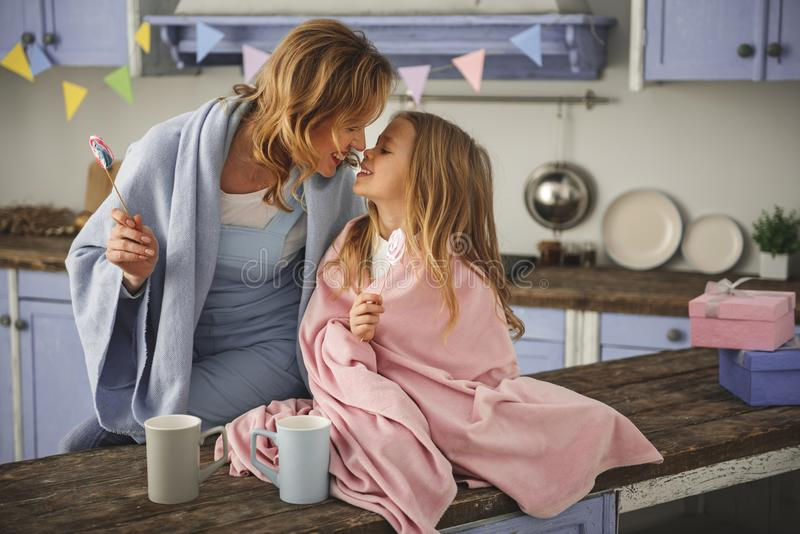 Uśmiechnięta mama i córka demonstruje miłości each inny obraz royalty free