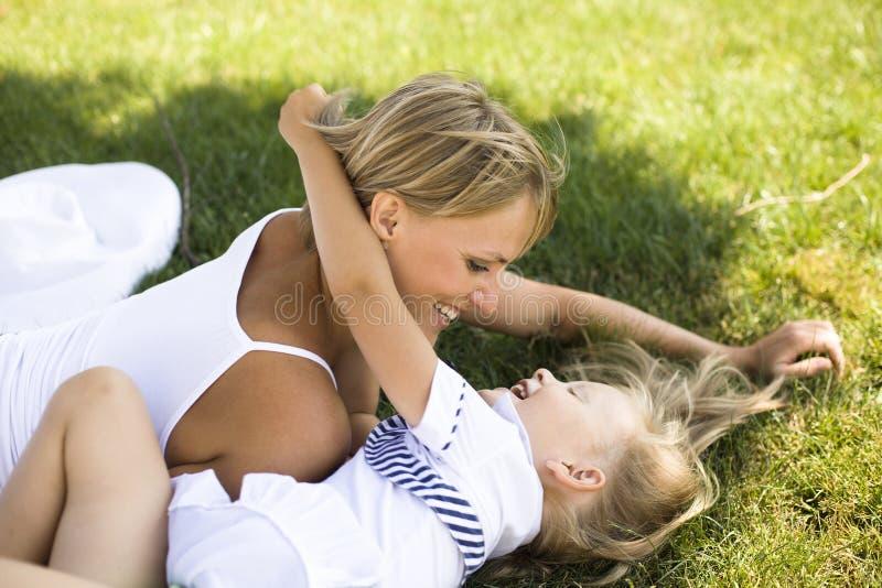 Uśmiechnięta matka i mała córka na naturze. Szczęśliwi ludzie outdoors fotografia royalty free