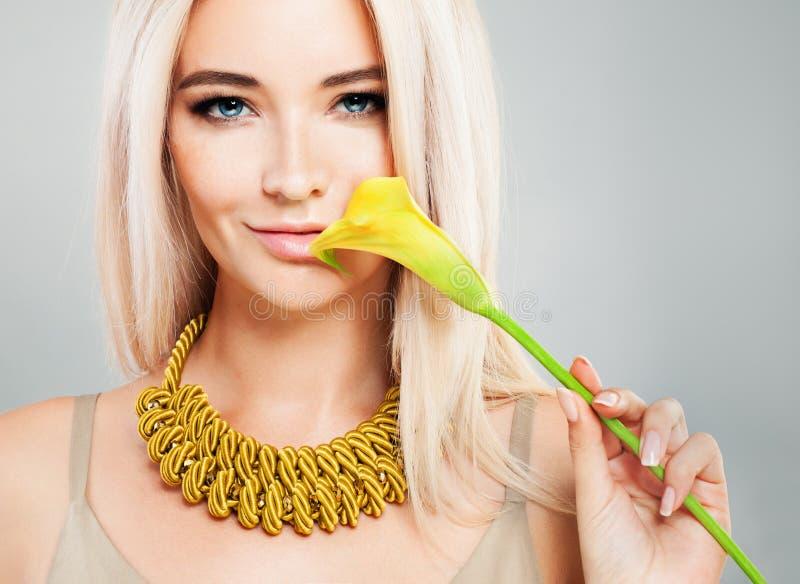Uśmiechnięta moda modela kobieta z Makeup, blondynka włosy zdjęcia stock