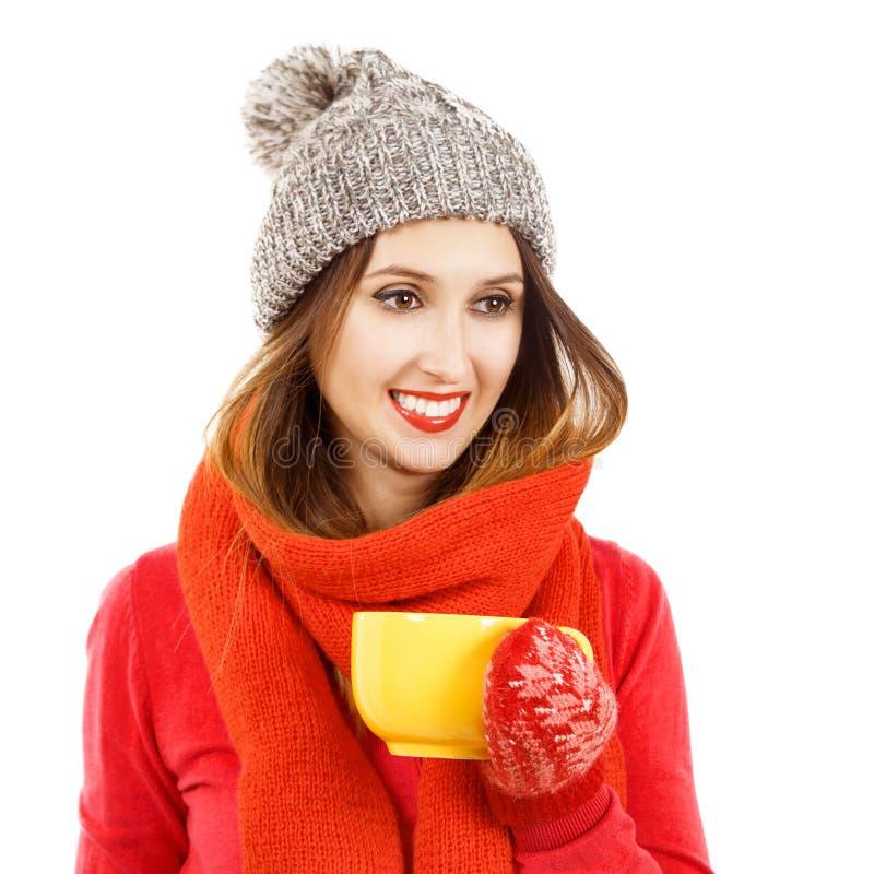 Uśmiechnięta modniś dziewczyna w zimie Odziewa z filiżanką zdjęcia royalty free