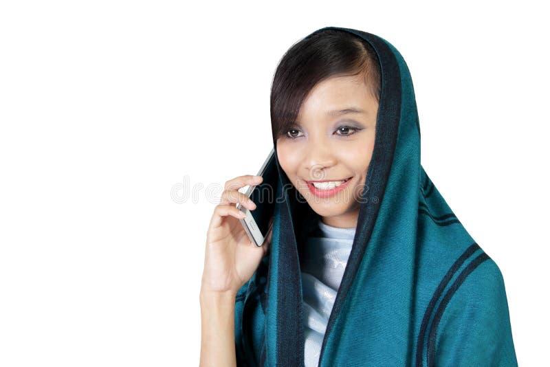 Uśmiechnięta muzułmańska dziewczyny rozmowa na telefonie zdjęcia stock