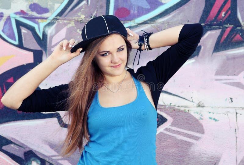 Uśmiechnięta nastolatek dziewczyna Pozuje przeciw ścianie fotografia royalty free