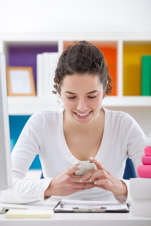 Uśmiechnięta nastolatek dziewczyna z telefonem zdjęcia stock