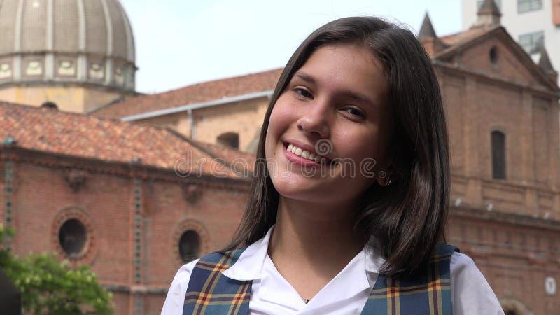 Uśmiechnięta nastoletnia dziewczyna Blisko kościół obrazy stock