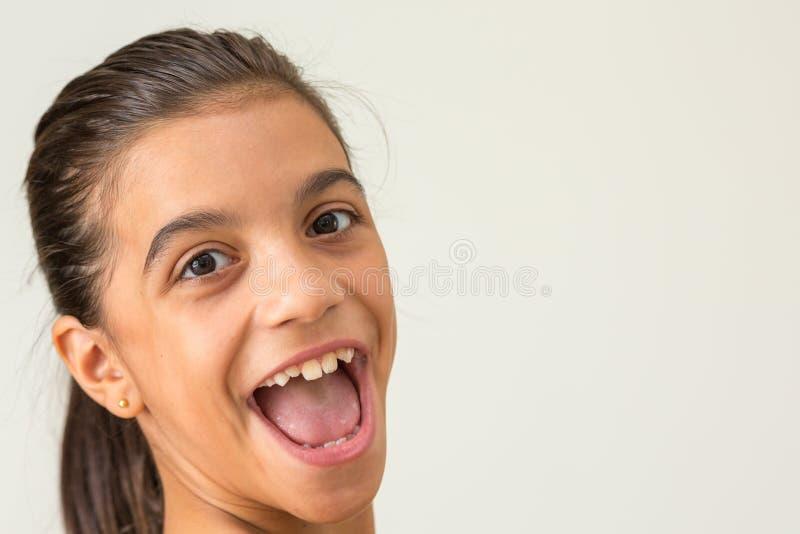 Uśmiechnięta nastoletnia dziewczyna, boczna twarz zdjęcia royalty free