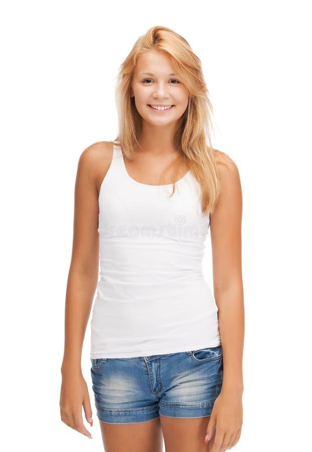 Uśmiechnięta nastoletnia dziewczyna w pustej białej koszulce zdjęcia stock