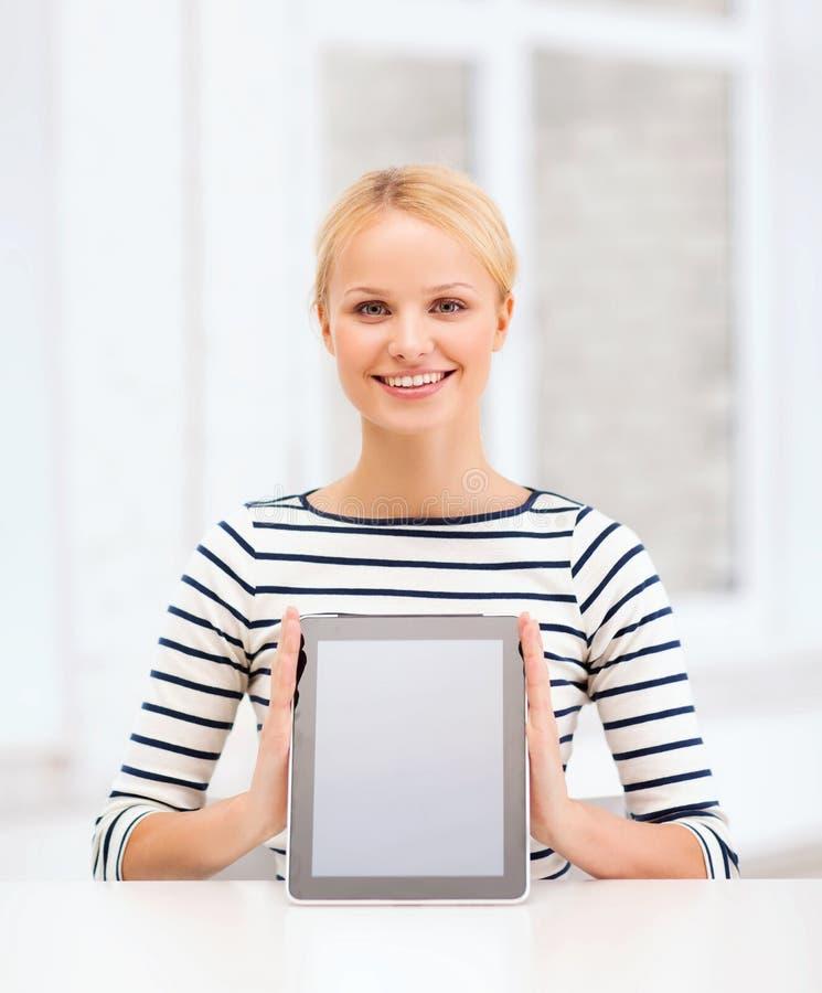 Uśmiechnięta nastoletnia dziewczyna z pustym pastylka komputeru osobistego ekranem obraz stock