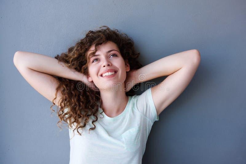 Uśmiechnięta nastoletnia dziewczyny pozycja z rękami za głową zdjęcia stock