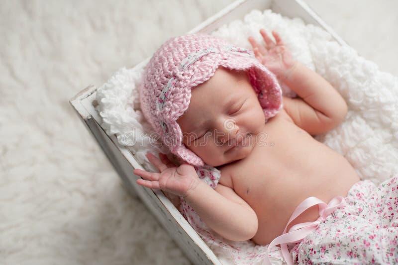 Uśmiechnięta Nowonarodzona dziewczynka Jest ubranym Różową czapeczkę zdjęcie stock