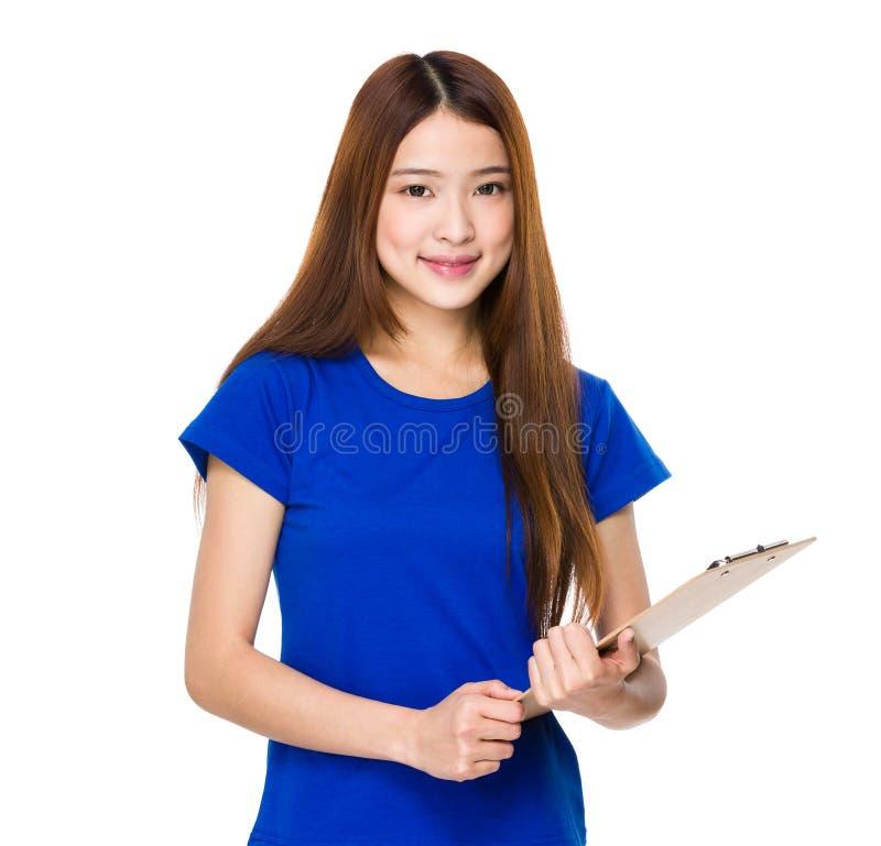 Uśmiechnięta ochotnicza kobiety mienia klamerki deska fotografia stock