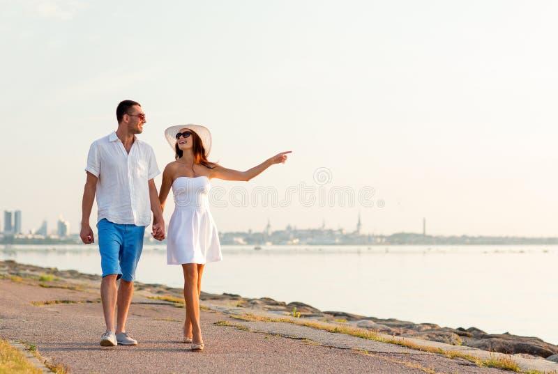 Uśmiechnięta para chodzi outdoors obrazy royalty free