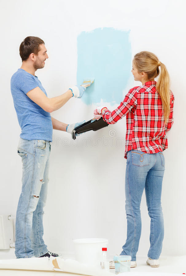 Uśmiechnięta para obrazu ściana w domu zdjęcie royalty free