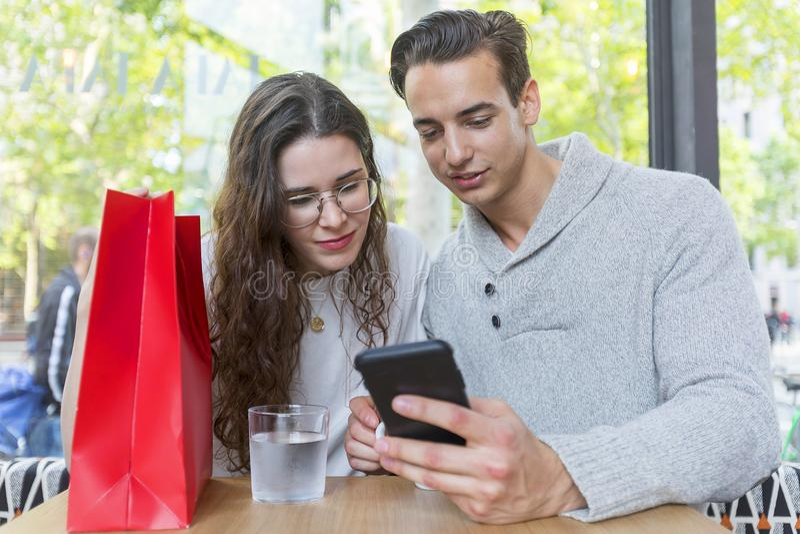 Uśmiechnięta para używa w restauraci obrazy stock