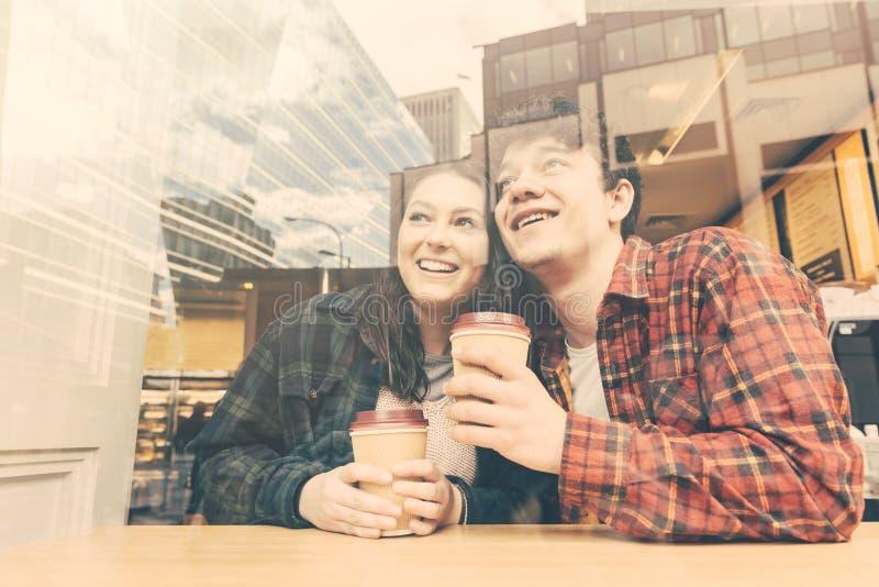 Uśmiechnięta para w kawiarni w Londyn obrazy stock