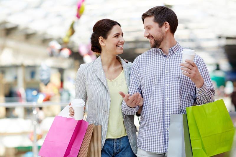 Uśmiechnięta para z kawą i torba na zakupy fotografia royalty free