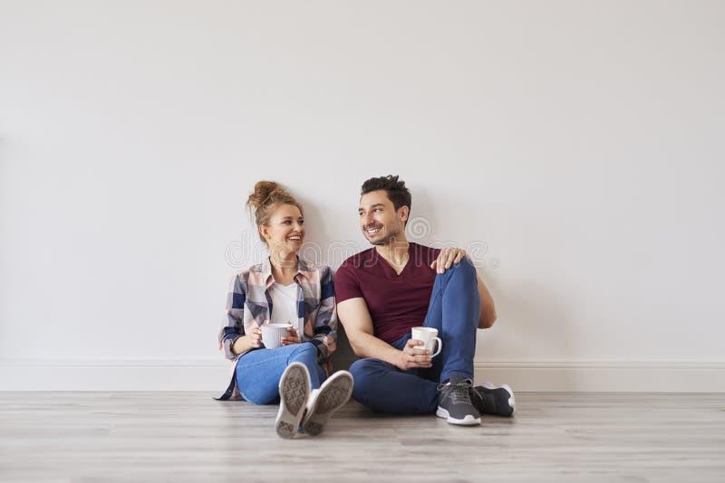 Uśmiechnięta para z kawową bierze przerwą od chodzenie domu zdjęcie stock