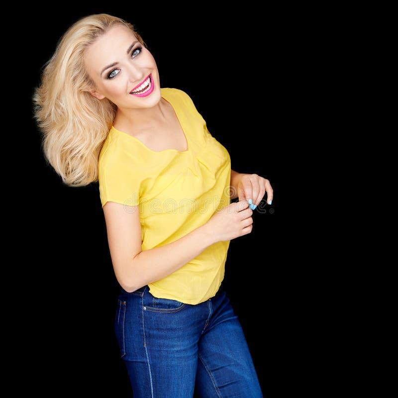 Uśmiechnięta piękna blond kobieta jest ubranym makeup zdjęcia royalty free