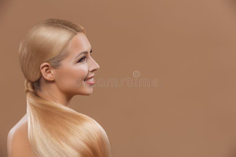 uśmiechnięta piękna blondynka włosy dziewczyna obraz royalty free