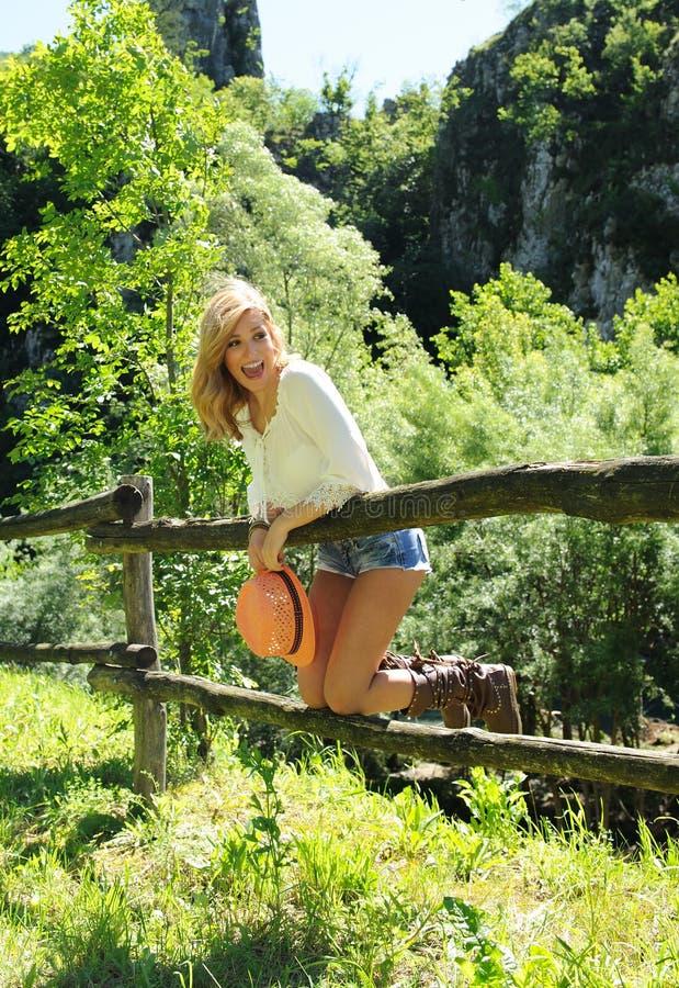 Uśmiechnięta piękna dziewczyna zabawę przy wsią obraz royalty free