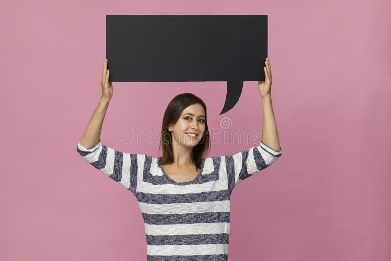 Uśmiechnięta piękna kobieta trzyma mowa bąbel, odosobnionego na szpilce zdjęcie royalty free