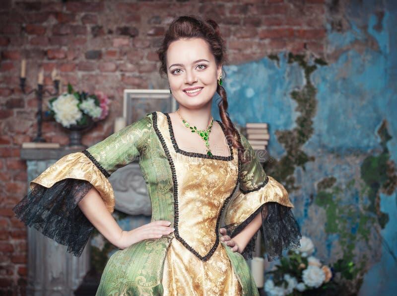 Uśmiechnięta piękna kobieta w średniowiecznej sukni zdjęcie stock