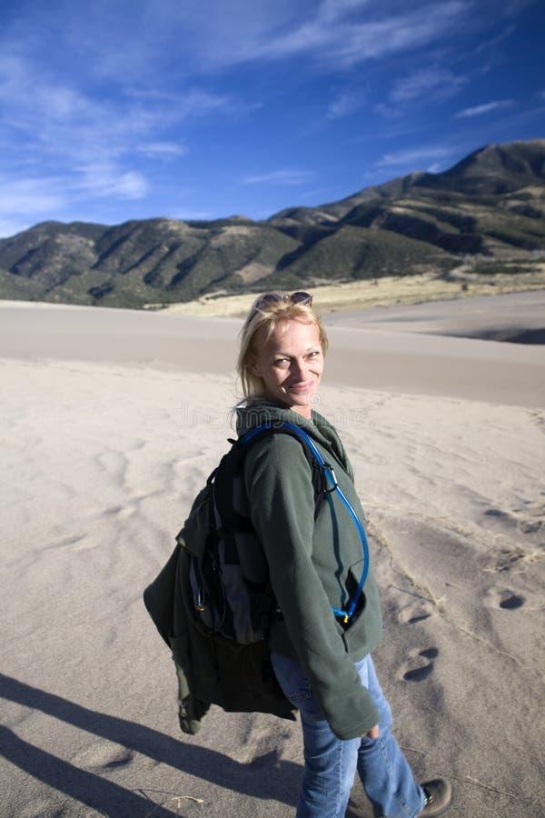 Uśmiechnięta piasek TARGET639_0_ kobieta